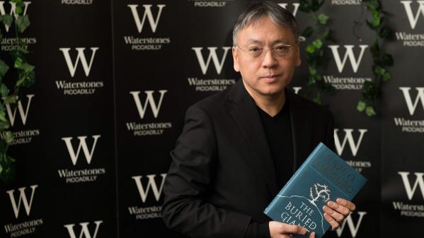 """Kazuo Ishiguro con l'edizione inglese del """"Gigante sepolto""""."""